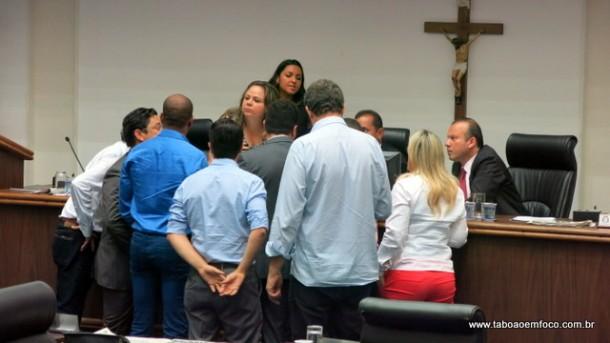 Sem acordo na base, projeto do prefeito Fernando Fernandes não entra em votação apesar do pedido de urgência.