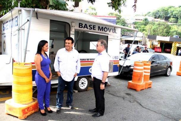 Prefeito Fernando Fernandes e a vereadora Joice Silva visitaram a nova base instalada na rua das Margaridas (Foto: Ricardo Vaz / PMTS)