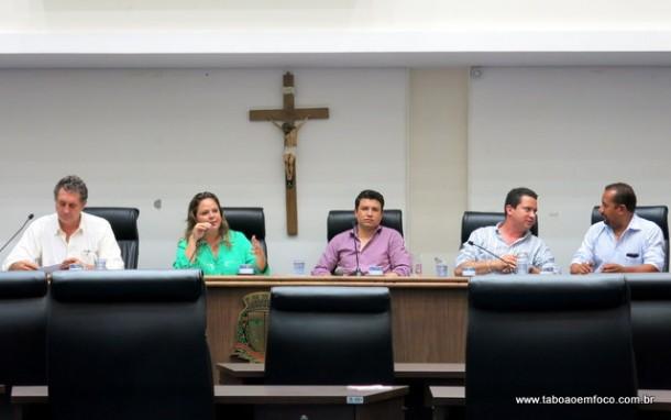 Os vereadores Luiz Lune, Érica Franquini, Marcos Paulo, Eduardo Nóbrega e Cido no final da primeira reunião da CPI do Shopping Taboão.