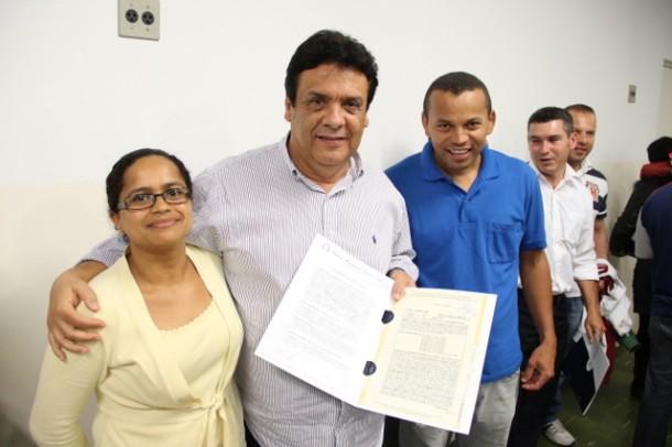 Moradores do Ponte Alta receberam suas escrituras definitivas entregues pelo prefeito Fernando Fernandes (Foto: Ricardo Vaz / PMTS)
