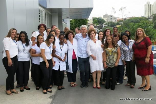 Equipe de funcionários da Prefeitura de Taboão da Serra comemoram a inauguração do Centro de Especialidades.