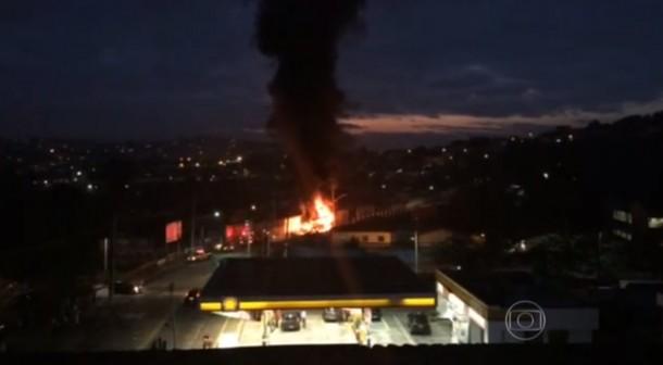As chamas puderam ser vistas de longe. (Foto: Reprodução)