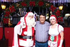 Prefeito Fernando Fernandes ao lado do Papai Noel na Praça Nicola Vivilechio. (Foto: Reprodução / Facebook)