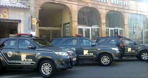 Polícia na porta da Câmara de Itapecerica da Serra. (Foto: Site Click Regional)