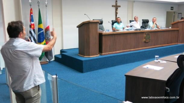 Servidor municipal durante audiência pública na Câmara de Taboão da Serra.