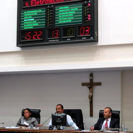 Vereadores enaltecem lei de vereadora Luzia, mas mantém veto do prefeito Fernando Fernandes ao projeto.