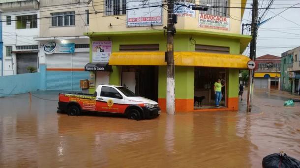 Rua José Soares de Azevedo foi tomada pelas águas da enchente no bairro Vila Santa Luzia