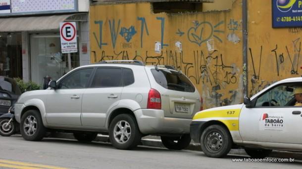 Carro sendo multado na AV Armando Andrade