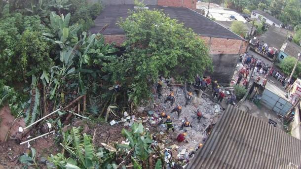 Em Itapecerica da Serra, quatro pessoas morreram após deslizamento de terra causado pela chuva de sábado (26)