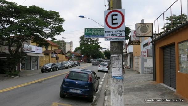 Motoristas só podem estacionar na Avenida Armando Andrade durante 1h com pisca-alerta ligado.