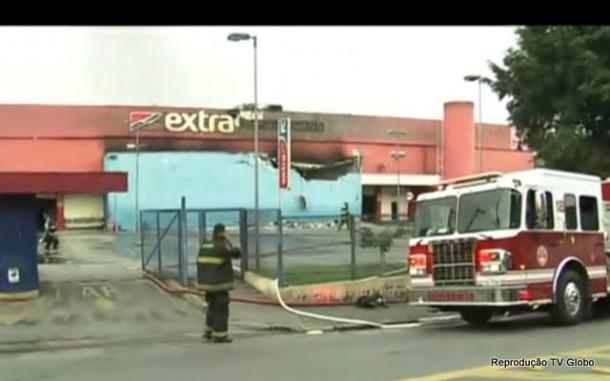 Incêndio destruiu supermercado na região do Pirajuçara em Taboão da Serra.