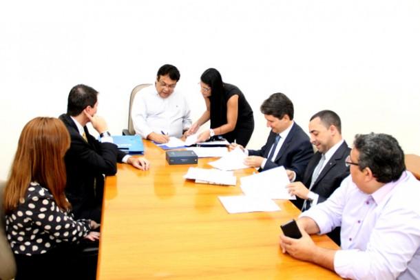 Convênio de R$ 2,5 milhões com a Caixa Econômica Federal foi assinado no gabinete do prefeito Fernando Fernandes (Foto: Ricardo Vaz / PMTS)