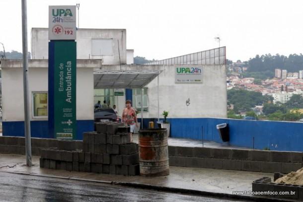 Prefeitura constrói muro de contenção para evitar novos alagamentos na UPA Akira Tada.