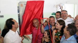 Políticos descerram placa de inauguração da UPA Zilda Arns