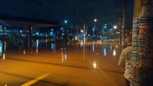Ruas na divisa entre São Paulo e Taboão da Serra completamente alagada. (Foto: Daniel Oliano)
