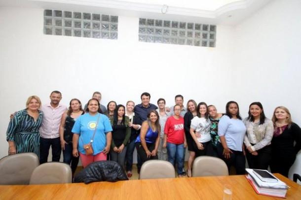 Após acordo, prefeito Fernando posa para fotos com integrantes do Solar dos Unidos. (Foto: Reprodução / Facebook Fernando Fernandes)