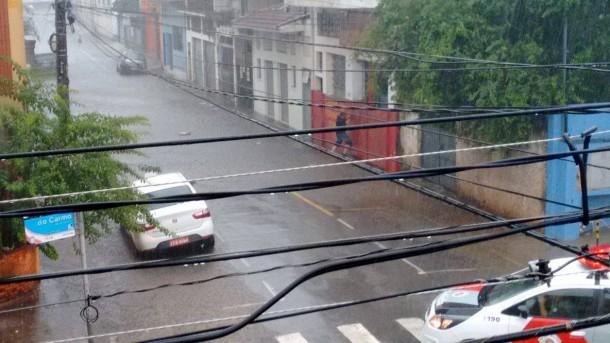 Na divisa com São Paulo, rua começa a ser tomada pelas águas. (Foto: Reprodução)