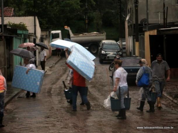 Colchões e kit limpeza foram entregues pela Prefeitura de Taboão da Serra aos atingidos pela enchente.