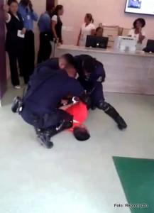 Três GCM's imobilizam homem após confusão por ter sido impedido de visitar a filha internada.