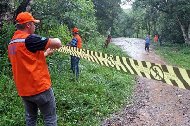 Interdição da Cachoeira do 72 pela Defesa Civil. (Foto: Divulgação / PMJ)