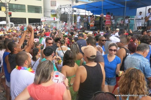 Cerca de dois mil foliões curtem o carnaval da Banda Espera Marido.