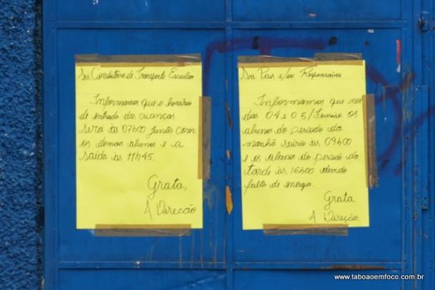 Cartaz informa que alunos estão sendo dispensados mais cedos por falta de energia na escola.