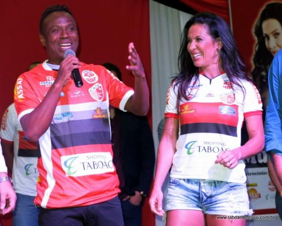 O atacante Edilson Capetinha, campeão do mundo em 2002, é a nova estrela do CATS. Ao seu lado, Sheila Carvalho, a musa da equipe.