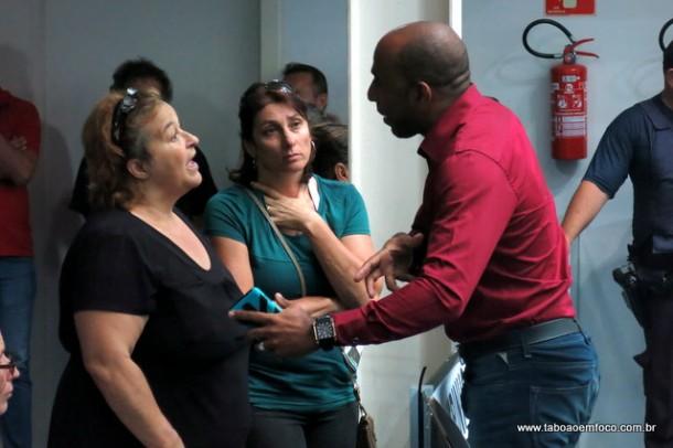 Presidente da Comissão de Obras, Eduardo Lopes, conversa com moradores do bairro que sofreu com diversos alagamentos em menos de dois meses.