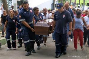 Colegas do Samu carregam caixão da enfermeira Selma da Saúde.