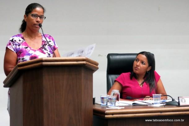 Mulher reclama da falta de medicamentos em UBS de Taboão; vereadores reclamam da gestora da saúde municipal.