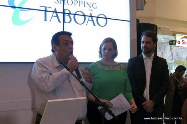 Prefeito Fernando Fernandes e representantes do Shopping Taboão durante inauguração de exposição.