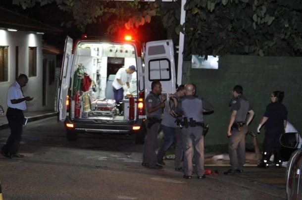 Equipe de resgate socorro homem baleado na região central de Taboão da Serra. (Foto: Thiago Walter)