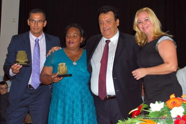 Selma da Saúde recebe a medalha comemorativa 19 de fevereiro. (Foto: Arquivo)