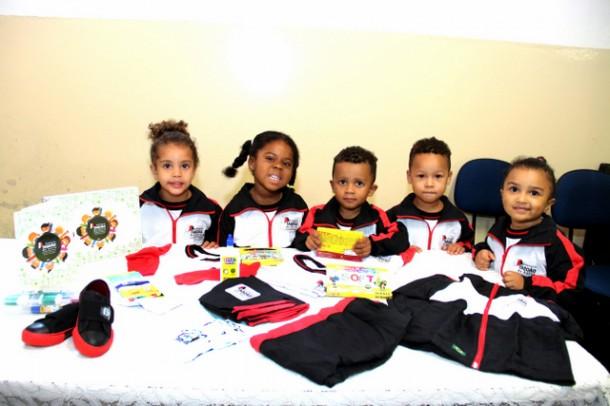 Novos uniformes e kit escolar começaram a ser entregues para os alunos da rede municipal de ensino de Taboão da Serra (Foto: Ricardo Vaz / PMTS)