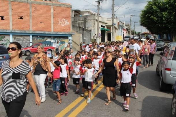 Alunos da EMEF Ester Cordeiro foram as ruas no combate ao mosquito da Dengue (Foto: Flavia da Mata / PMTS)
