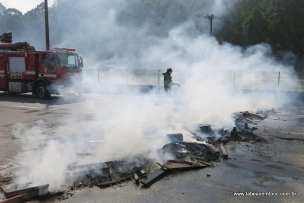 Bombeiros apagam fogo na Rodovia Regis Bittencourt