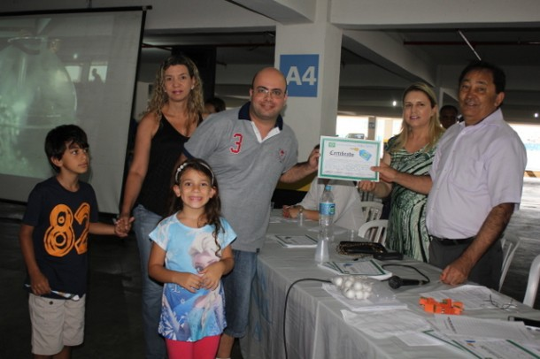 Família comemora ter recebido as chaves do apartamento do Grupo 8. (Foto: Vera Lima)