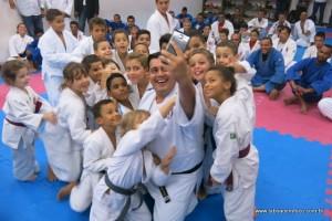 Secretário Jean Madeira faz selfie com alunos do judô.