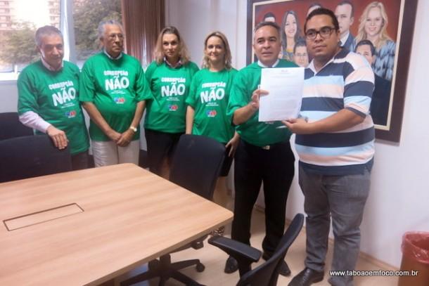 OAB Taboão da Serra entrega moção de apoio ao pedido de impeachment da presidenta Dilma, protocolado pela OAB Nacional em Brasília.
