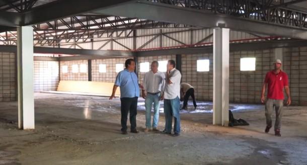 Em vídeo, Fernando Fernandes fala sobre obras do Bom Prato (Foto: Reprodução)