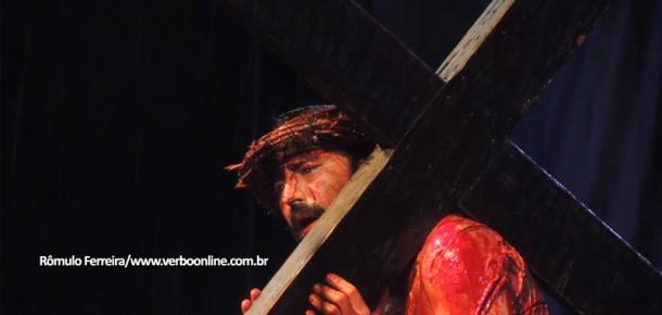 Sob chuva, 60ª Paixão de Cristo em Taboão atrai público menor, mas emociona
