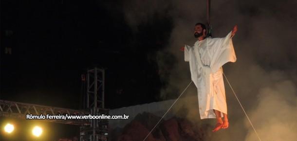Cena da ressurreição de Jesus culminou em grande queima de fogos, emocionando as 6 mil pessoas presentes