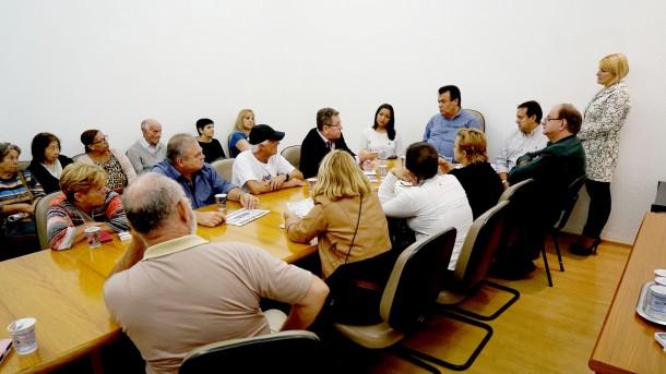 Moradores da região central participam de reunião com prefeito Fernando Fernandes a respeito da canalização do Córrego Poá. (Foto: Divulgação)