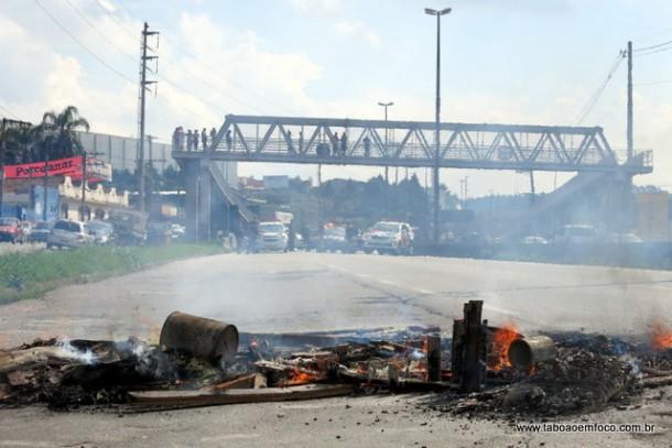 Rodovia Régis Bittencourt ficou bloqueada no Km 274, sentido São Paulo, por quase uma hora na tarde desta quinta (17)