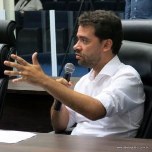 Carlos Alcântara, do Shopping Taboão, diz que alça não tem prazo.