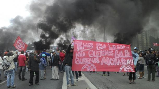 Manifestantes na região de Taboão da Serra com São Paulo. (Foto: MTST)