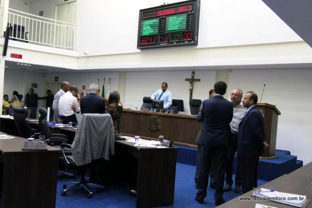 Ocorreram reuniões também em plenário. Grupo de vereadores de um lado. Outros do outro lado e alguns isolados.