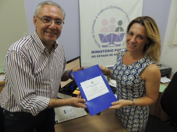 Vereador André Egydio entrega cópia da Lei 2242/2015 à promotora do Ministério Público Maria Gabriela Mansur. (Foto: Divulgação)