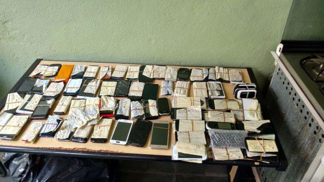 Celulares inspecionaods na Operação Mobile; dois comerciantes foram presos e um vai responder por receptação culposa. (Foto: Reprodução)