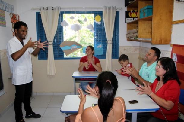 Pais passaram a ter aulas de libras para melhorar a comunicação com os filhos que apresentam problemas de audição (Foto: Charles Eliseu / PMTS)